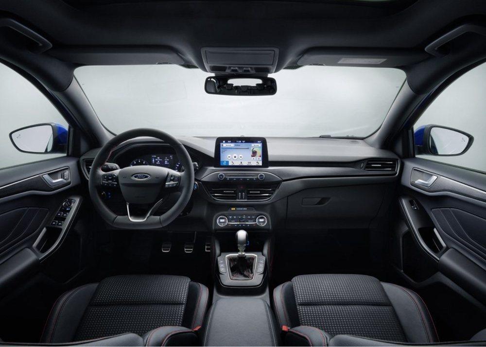 Su presentación interior es semejante a la del nuevo Fiesta, con una generosa pantalla coronando el salpicadero. Aunque mide lo mismo que antes, ahora hay más espacio en su interior.