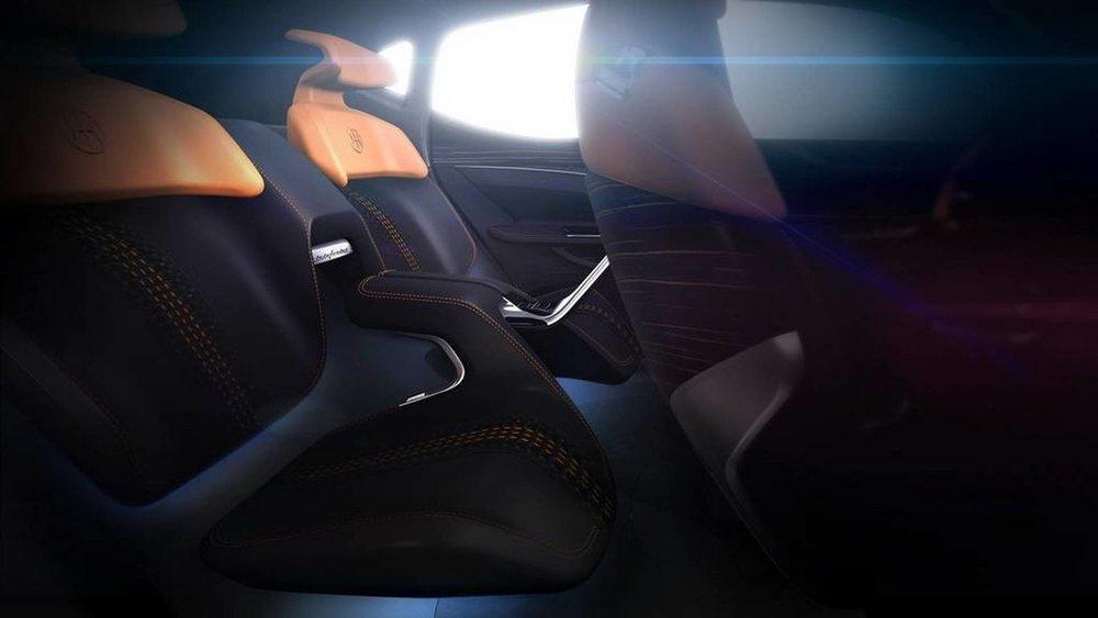 El interior de este Pininfarina K350, que aún es un prototipo, está configurado como un cuatro plazas, cuyos asientos parecen levitar y están fabricados en madera y cuero. Entre los traseros encontramos una pantalla para controlar su sistema multimedia.