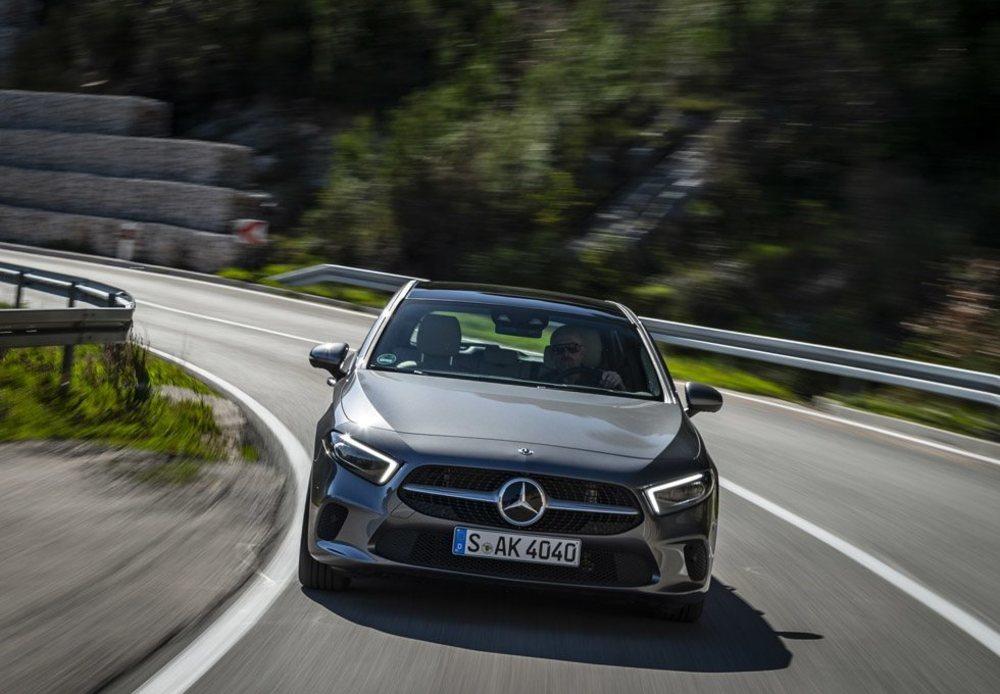 Sorprende el rendimiento de la versión A200, que estrena un nuevo motor 1.4 Turbo desarrollado junto a Renault. Eroga 163 CV de potencia y puede presumir de prestaciones. Todos los Clase A, por el momento, se ofrecerán sólo con el cambio automático 7G-DCT.