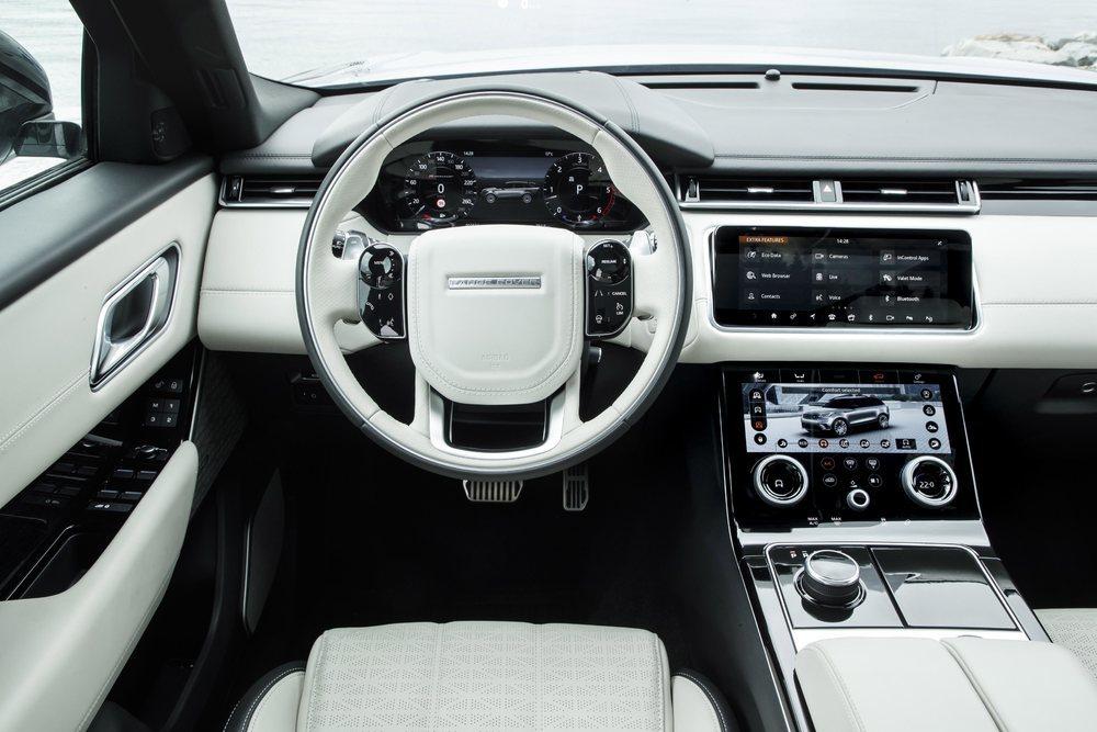 Además de las casi infinitas opciones de tapizado en piel para sus asientos, ahora más versiones del Range Rover Velar podrán equipar un llamativo material textil creado por la firma danesa Kwadrat, pero no es nada barato (más de 6.000 euros de opción).