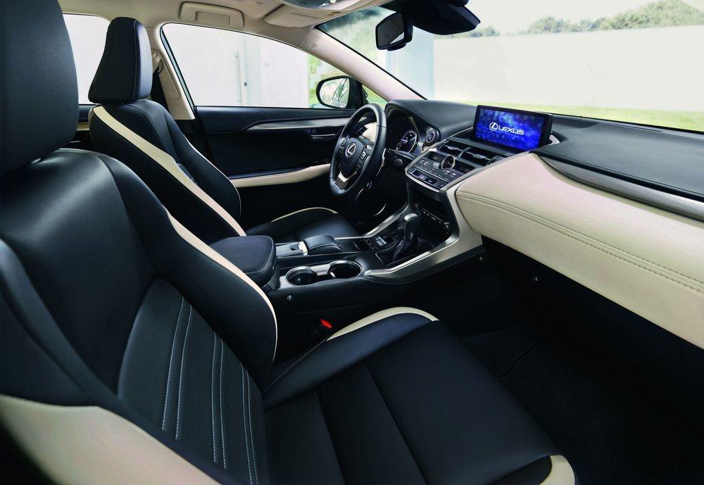 Las molduras interiores metálicas son exclusivas para estos Sport, al igual que este tapizado en cuero en tonos blanco y negro con pespuntes en contraste. Mecánicamente no hay sorpresas y mantiene sus 197 CV de potencia... Híbridos.