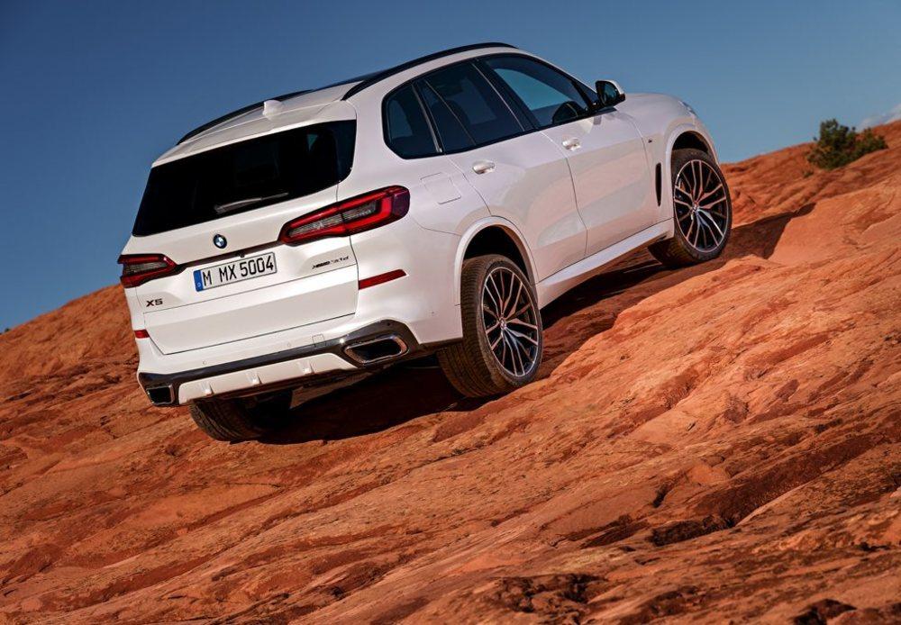 Se sustenta sobre la nueva plataforma CLAR, que le permite ser más ligero aún siendo más corpulento que su antecesor. Por primera vez en BMW se ofrecen llantas de 22 pulgadas.