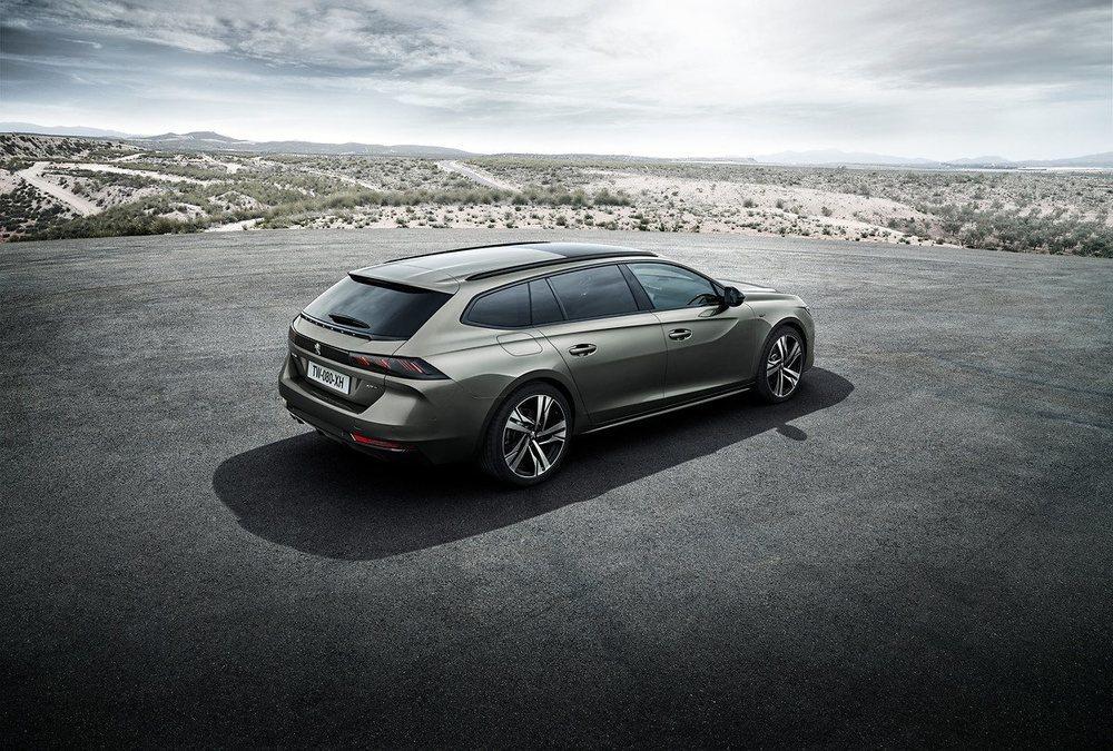 Los llamativos Shooting Brake inspiran a Peugeot para crear este nuevo 508 SW, una versión que gana funcionalidad gracias a su portón posterior. Su zaga mantiene los llamativos faros LED de la berlina, inspirados en las garras de un león.