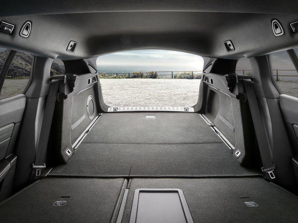 Su maletero tiene 43 litros más que la berlina, pero se conforma con 'sólo' 530 litros de capacidad, lo que son 120 menos que un Passat Variant. Además sus respaldos sólo se abaten en dos piezas, aunque su capacidad puede crecer hasta los 1.780 litros.