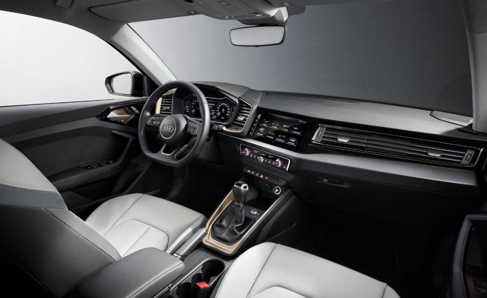 Todo apunta al conductor y de serie los A1 contarán con Audi virtual cockpit de serie, más una pantalla central táctil de 8,8 pulgadas. Ahora hay mucho más espacio en su habitáculo que antes y más maletero.