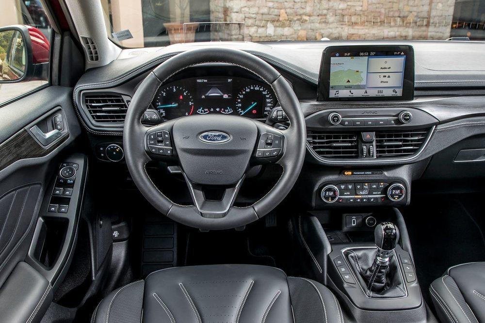 En el centro del salpicadero, el nuevo Focus ofrece una pantalla táctil flotante en el mismo estilo del Ford Fiesta.