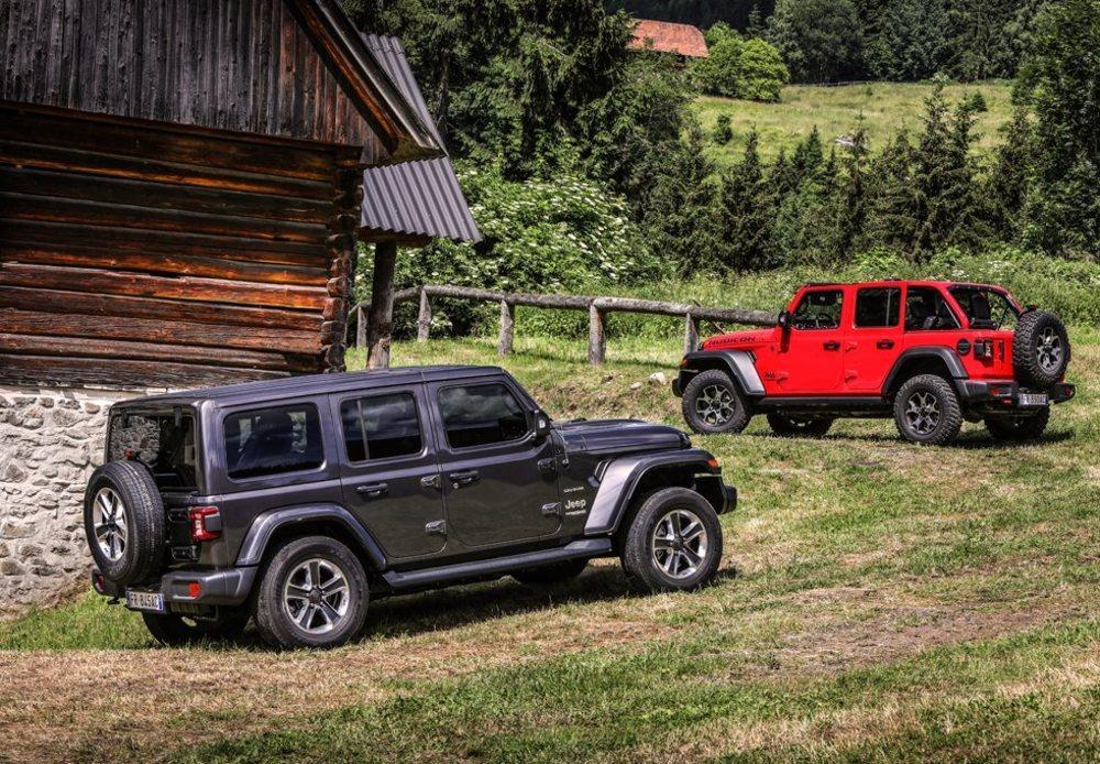 Esta nueva generación, bautizada como 'JL' está disponible también con carrocería de dos y cuatro puertas, que sigue denominándose Unlimited. Miden 4,33 y 4,88 metros de longitud respectivamente. Hay tres opciones de techo diferentes para ellos.