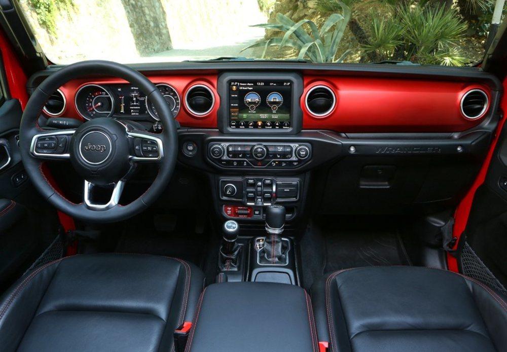 Aunque mantiene sus líneas, el interior se ha modernizado y también ofrece mejores ajustes y materiales. Hay pantallas táctiles de 5, 7 y 8,4 pulgadas, además de otra que puede ser de 3,5 o 7 pulgadas frente al conductor, que tiene volante regulable en altura y profundidad.