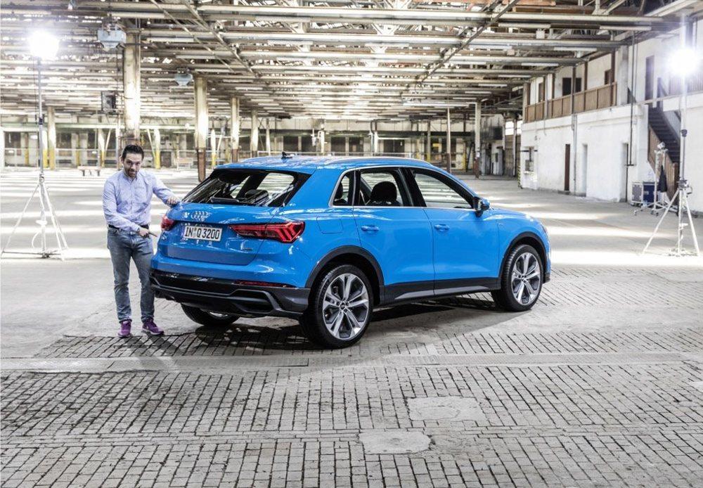 Su diseño exterior se inspira en el nuevo Audi Q8 y ha ganado mucho dinamismo. También es más corpulento que antes, pues se ha estirado casi 10 centímetros para llegar a los 4,48 metros de largo. De serie contará con faros y pilotos LED, y como opción se ofrecerá paquete S line, llantas de 20 pulgadas...