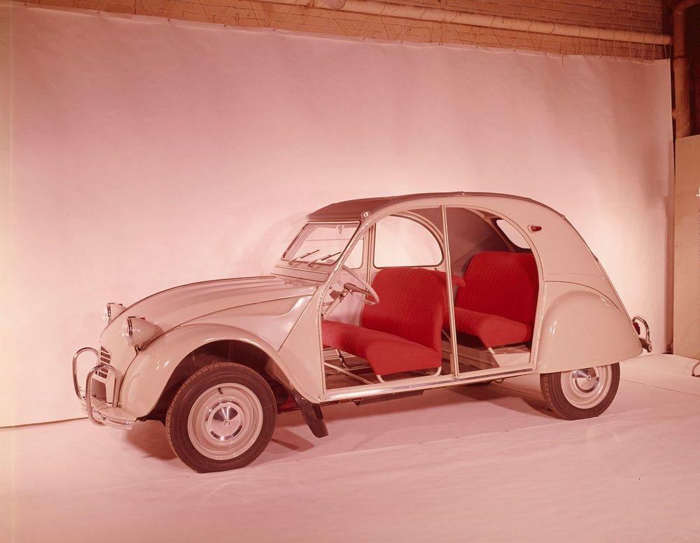 El 2CV estrenó unos asientos que se podían extraer del vehículo