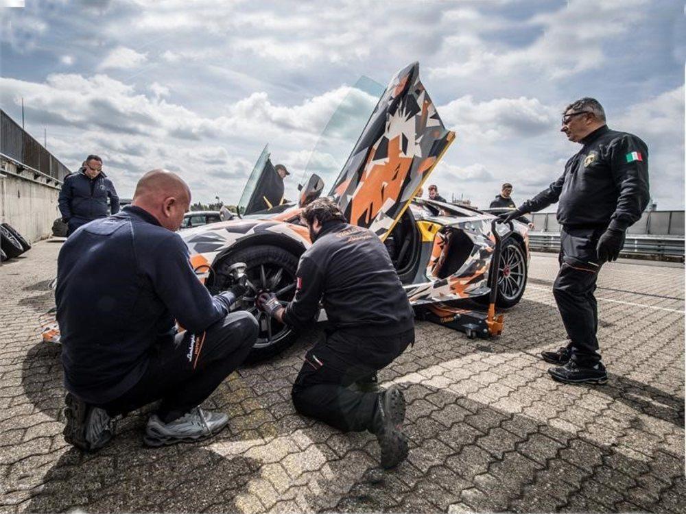 Totalmente camuflado y con el piloto oficial de Lamborghini, Marco Mapelli al volante, <strong>recorrió los 20,6 Km de la pista en 6: 44.97 minutos.</strong>