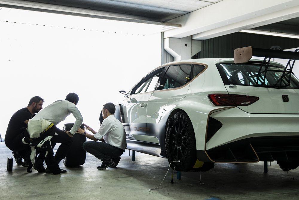 Primer test dinámico del CUPRA e-Racer con Jordi Gené al volante